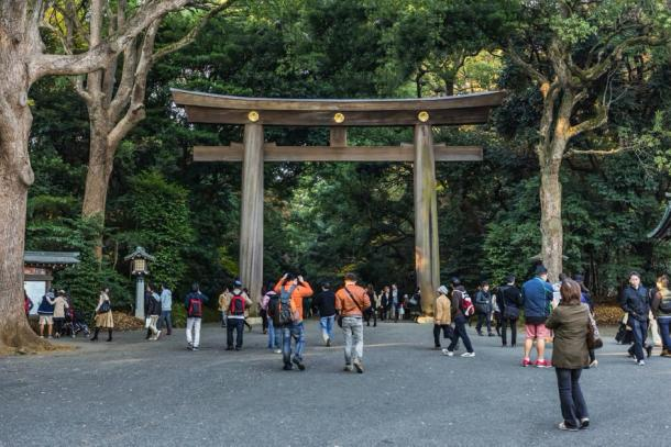 Tourists exploring the Meiji Shrine in Tokyo (coward_lion / Adobe Stock)