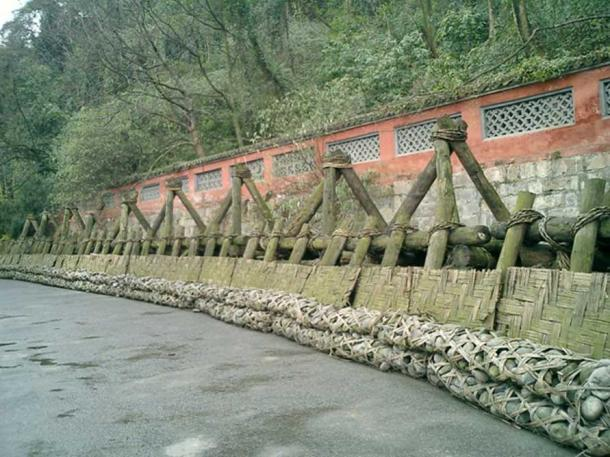Traditional levee made of long sausage-shaped baskets of woven bamboo filled with stones known as Zhulong, held in place by wooden tripods known as Macha.