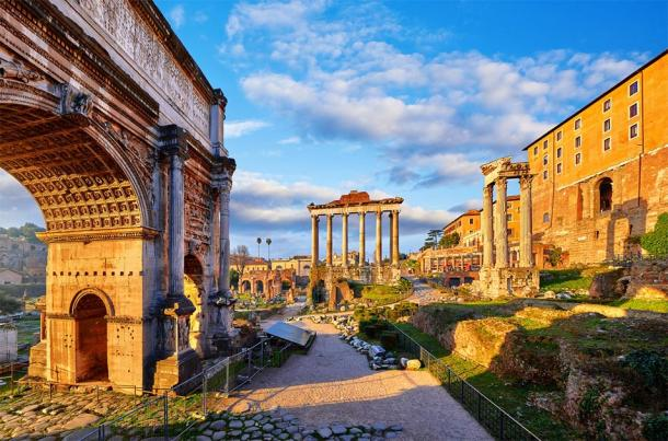 The Triumphal arch of Titus on the left, The Forum, Rome (Yasonya / Adobe Stock)