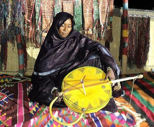 In 2011 a Tuareg woman plays the imzad.