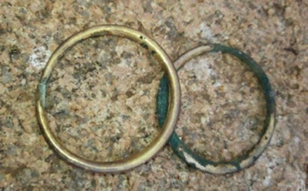 Two arm bracelets were discovered in the grave. (Tengri News)