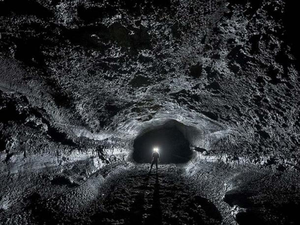 Typical passage shapes in the Surtshellir-Stefanshellir lava tube system, showing intact walls and pahoehoe floors.