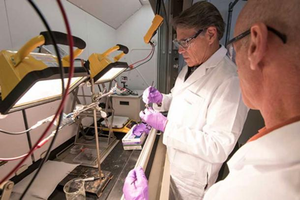US Energy Secretary Rick Perry had a go at making a solar cell using perovskite ink on a visit to the NREL in Colorado. (Dennis Schroeder / NREL)