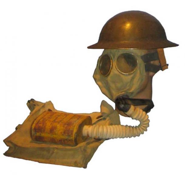 US WWI Gas mask with bag. (CC BY-SA 3.0)
