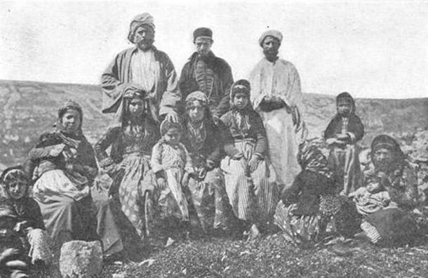 Un grupo de samaritanos (1900 d. C) por el Fondo de Exploración de Palestina (dominio público)