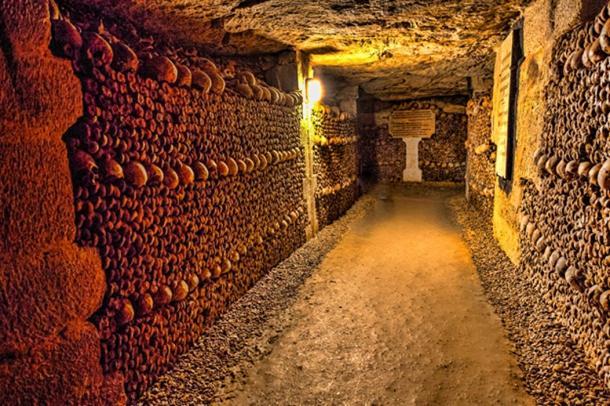 Underground catacombs of Paris where skulls are displayed. (dirk94025 / Adobe)