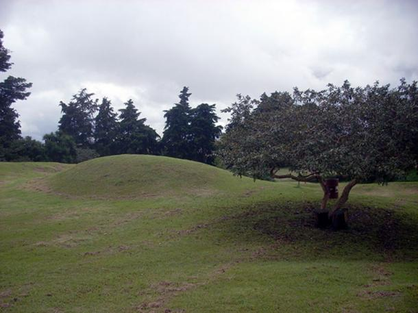 Unrestored mound in the Kaminaljuyu archaeological park, Guatemala City. (Simon Burchell / CC BY-SA 3.0)