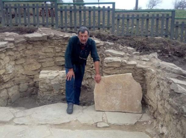 Archaeologist Konstantin Totev with the newly found altar table inscribed with three crosses. (Regnews)