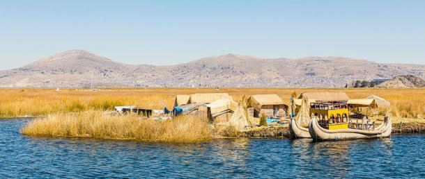 Uros boats and housing.