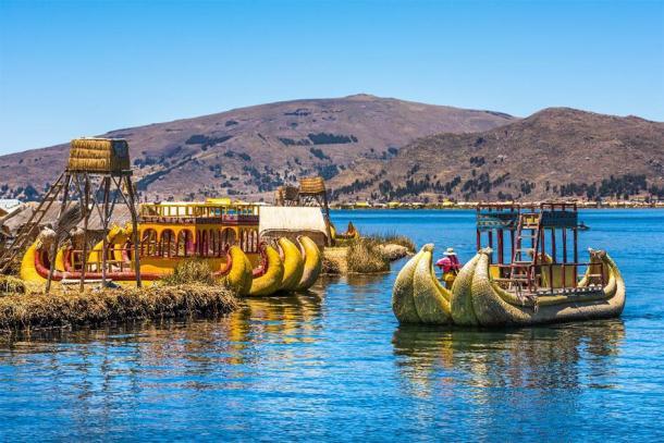 Islas flotantes de los Uros del lago Titicaca, América del Sur. (javarman / Adobe Stock)
