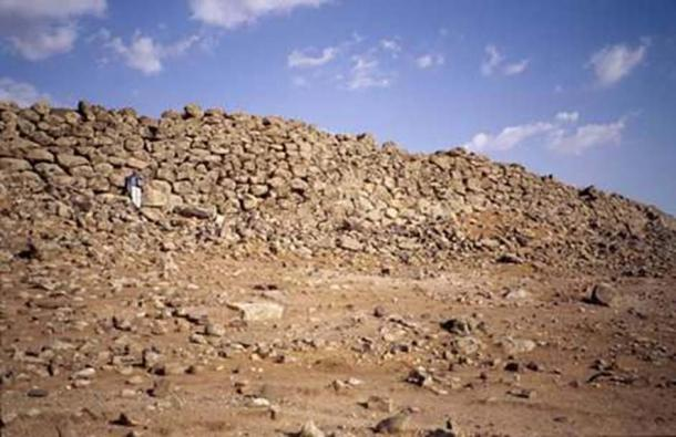 Vast defensive structures have been found. Here, the Rubba rampart. (Image: B. Geyer. Mission Marges Arides)