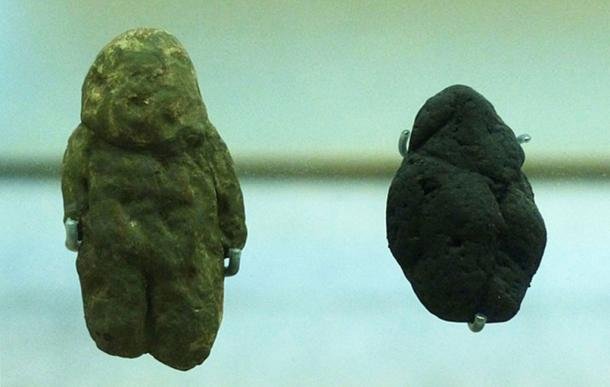 """Venus of Tan-Tan"" (left) and ""Venus of Berekhat Ram"" (right), Museum of Human Evolution, Spain. (Dbachmann / CC BY-SA 4.0)"