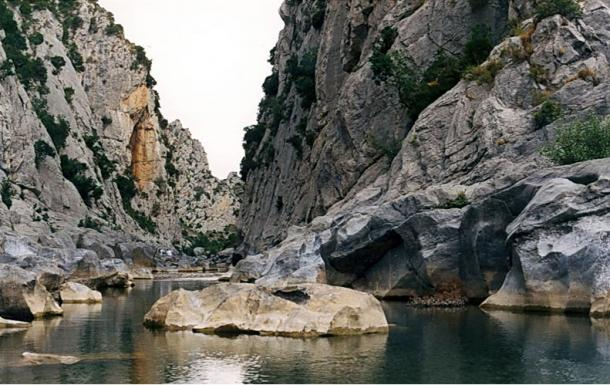 Verdouble creek beneath Arago-cave, near Tautavel (Perpignan-region), France (Wikimedia Commons)
