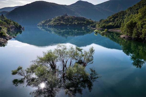 View over Lake Vagli in Tuscany. (robertonencini / Adobe Stock)