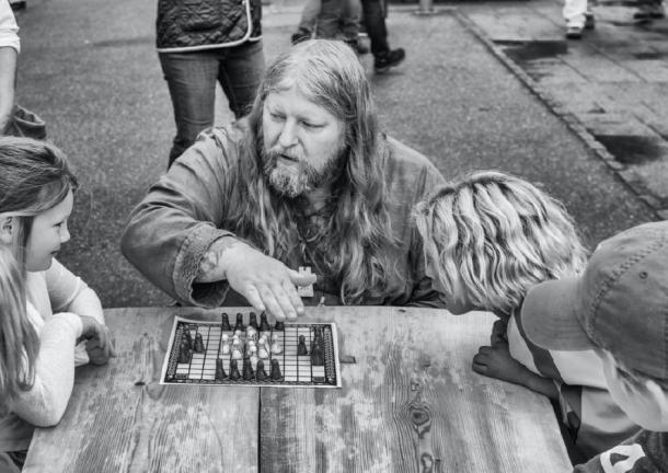 A 'Viking' teaching how to play the ancient board game, 'hnefatafl'. (f4Niko / CC BY-SA 2.0)