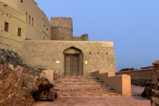 Visitors entrance to Bahla Fort (nw7.eu/ Adobe Stock)