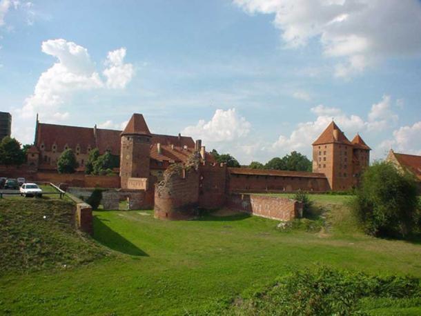 Vorburg with rampart added under Hochmeister Heinrich von Plauen, 15th century.