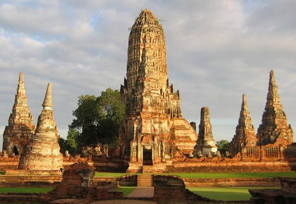 Wat Chaiwatthanaram, el templo budista en el parque histórico de Ayutthaya.  Prangs altas son visibles en la luz del atardecer.