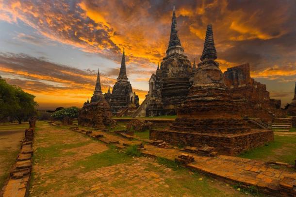 Una hermosa puesta de sol detrás del templo Wat Phra Si Sanphet en las antiguas ruinas de Ayutthaya.