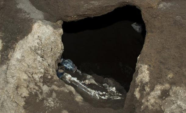 While digging, an earthmover unearthed what looked like a tomb. (La Repubblica)