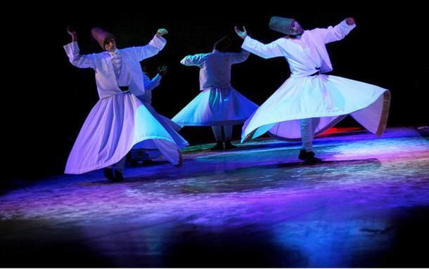 Derviches danzantes realizan el Sema