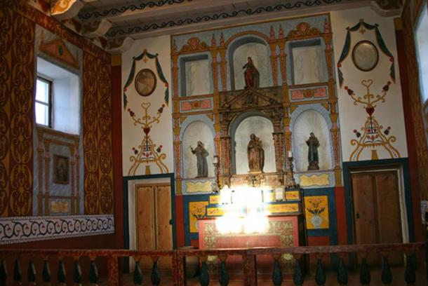 Winter solstice illumination of the main altar tabernacle of the Spanish Royal Presidio Chapel, Santa Barbara, California. The author first documented this solar illumination of the altar in 2004. Rubén G. Mendoza