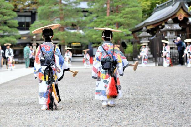 Women in traditional Japanese dress during a festival at the Meiji Shrine in Tokyo (gilad / Adobe Stock)