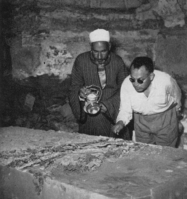 Zakaria Goneim by the alabaster sarcophagus, pointing out the preserved funeral wreath. Dummy burial or pharaoh fiasco, the empty sarcophagus would be the beginning of the end for Goneim. (Answers in Genesis)