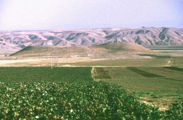 Ziyaret Tepe consists of a central mountain and a lower town.