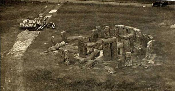 Post-World War I aerial photograph of Stonehenge by Edwin Newman derivative work (CC0)