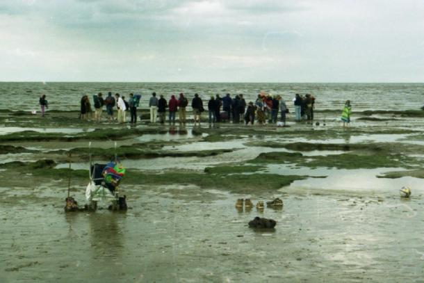 After Seahenge was found exposed in the peat bed, visitors came from far and wide to see this ancient site for themselves. (Picture Esk / CC BY-NC 2.0)