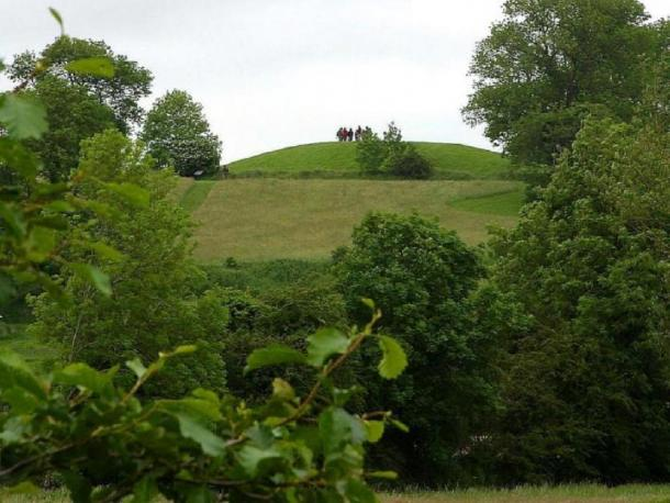 The analysis shows people and goods came from far and wide for feasts at Navan Hill Fort. (Public Domain)