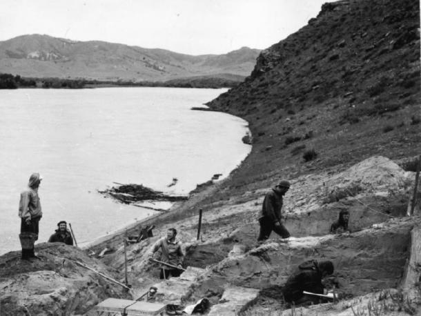 Russian archaeologists in 1976 excavating the Ust'-Kyakhta-3 site on the banks of the Selenga River. (A. P. Okladnikov)