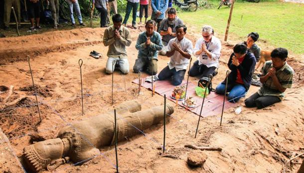 The archaeology team respectfully ask the spirit protecting the site permission to move the statue they unearthed the previous day to the Preah Sihanouk Museum in Siem Reap province. (Image: Apsara Authority)