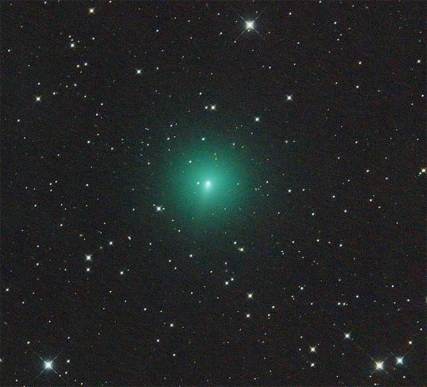 Comet Atlas in the night sky glowing green. (Martin Gembec / CC BY-SA 4.0)