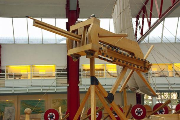 An automatic catapult, perhaps what a polybolos could have looked like.