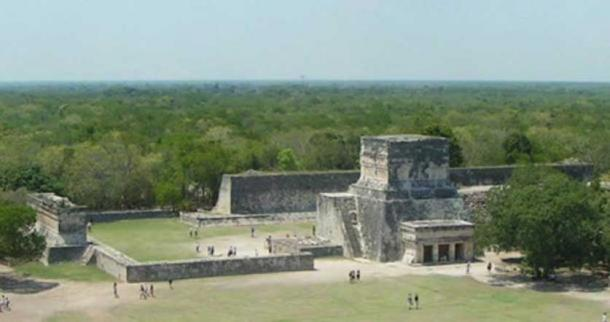 The ball game court of Chichen Itzá