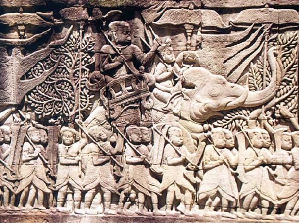 Bajo relieve la talla de la galería oriental muestra un ejército Khmer en la marcha.