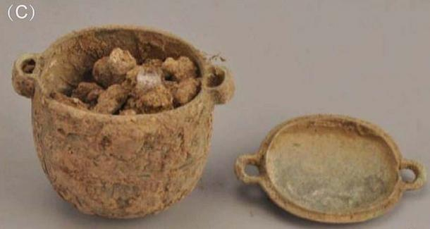 The bronze jar and the facial cream inside it, found in a 2,700-year-old nobleman's grave in Liujiawa, China. (Han et al. / Archaeometry)