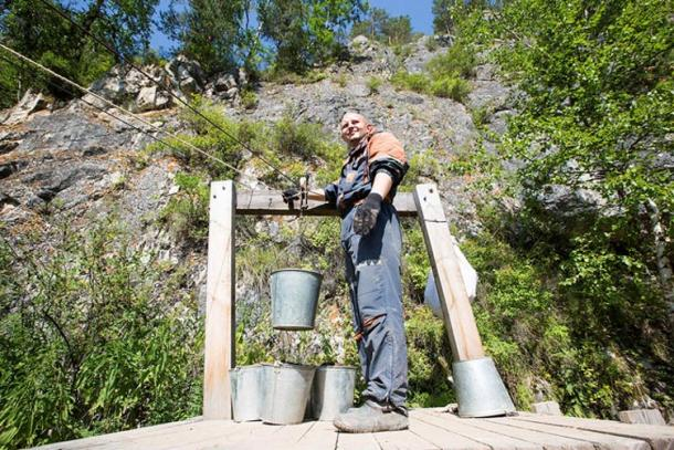 The buckets are sent from the cave to the river via the specially designed 'Cableroad' using a device called a Pepelats, it allows up to nine full buckets to be carried to the opposite river bank 28 metres below the cave.