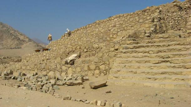 Archaeologists working on one of the ancient Caral structures in Peru. (I, KyleThayer / CC BY-SA 3.0)