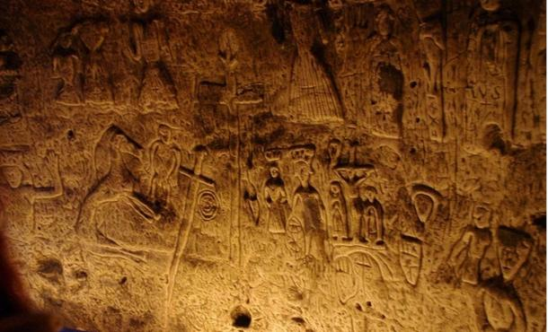 Símbolos y esculturas enigmáticas en Royston cueva en Inglaterra confunden expertos