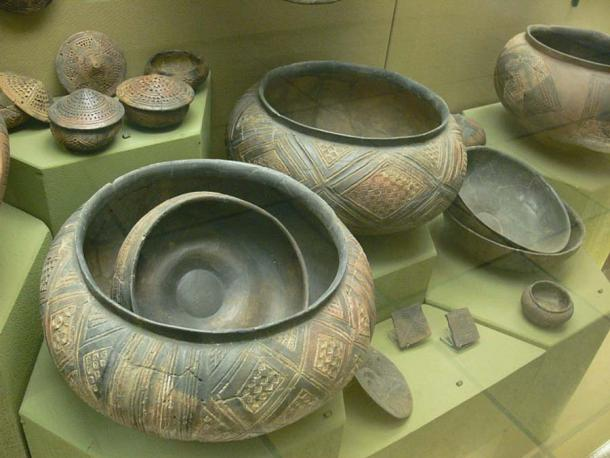 Celtic pottery vessels from the Hohmichele mound on display in Stuttgart. (Public Domain)