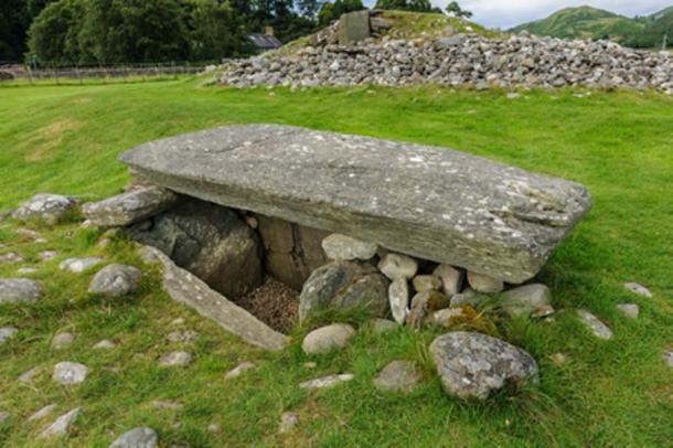 Cist burial chamber at Kilmartin Glen, Scotland (cornfield / Adobe Stock)