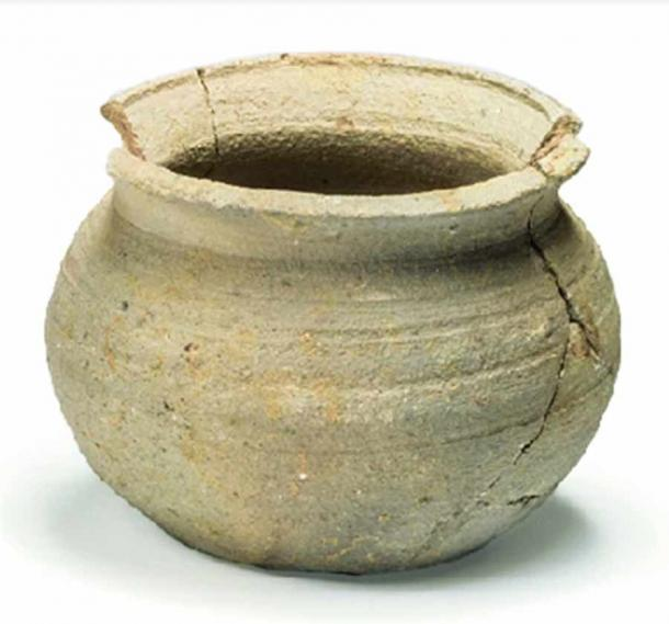 Another clay vessel used for preparing kosher foods found at the Oxford garbage dump in London, England. (Dunne et al. / Archaeological and Anthropological Sciences)