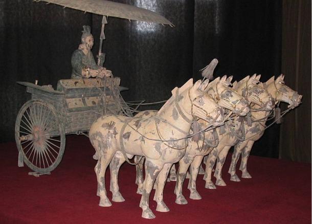 Un carro de bronce completa con cuatro caballos construidos para el primer emperador de China.  Los arqueólogos esperan para desenterrar 89 carros en la nueva excavación del entierro Pit 2.