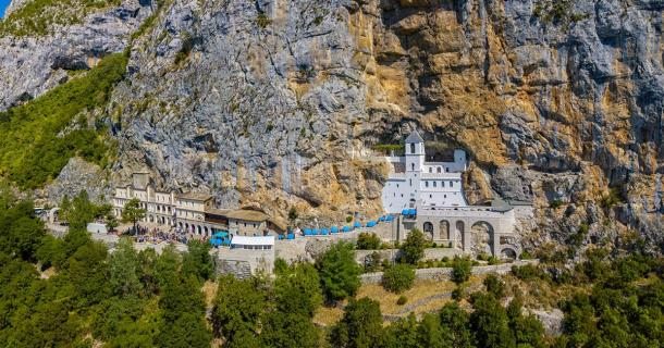 The entire complex of Ostrog Monastery (Naeblys / Adobe Stock)