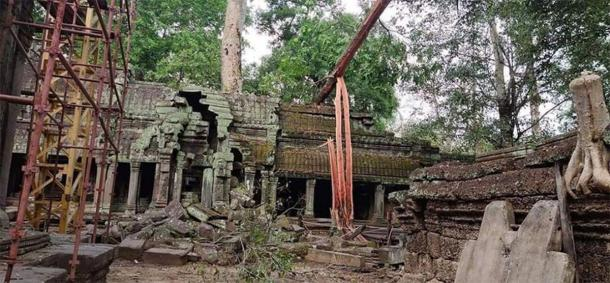 The complex at Angkor Wat appears to not have been damaged from the fallen trees. (Knongspor)