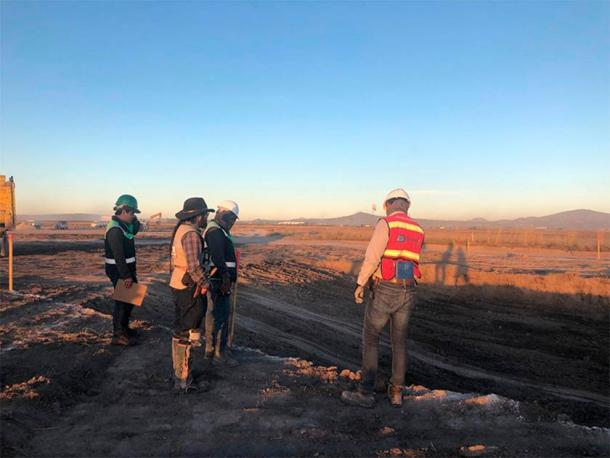 A construction crew overlooking the area where the mammoth traps were found. This area will be part of the new Felipe Ángeles Airport. (INAH)