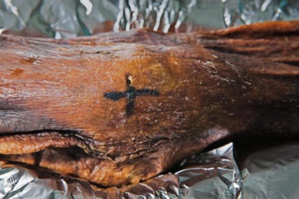 A cross-shaped tattoo on Otzi's knee.